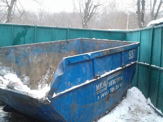 Гастарбайтера насмерть придавило мусорным контейнером в Москве