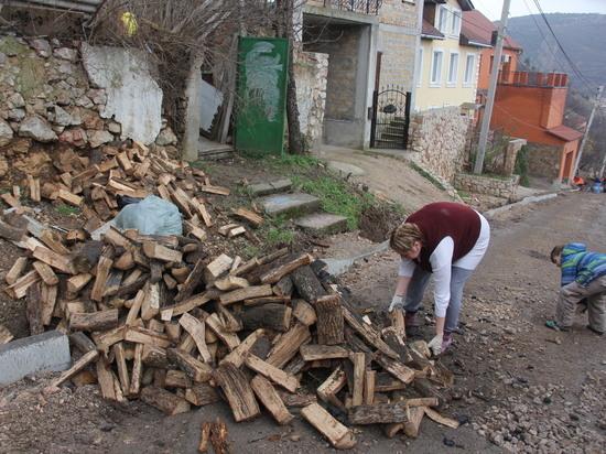 ХХI век, дрова: в Балаклаве добровольцы помогли многодетной семье с обогревом дома