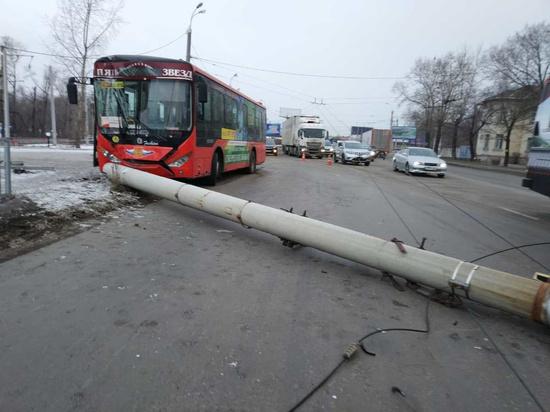 Пассажирский автобус снес бетонный столб в Хабаровске