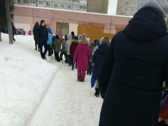 Школы и детсады Чебоксар массово эвакуируют из-за сообщений о минировании