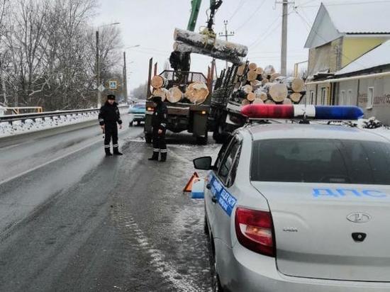Воронежские полицейские спасли застрявший в водостоке грузовик