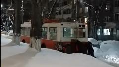 Саратовцы толкают застрявший троллейбус