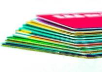 Человек может сдать платиковый сертификат, а сотрудники торговой точки не имеют права отказать в возврате денег
