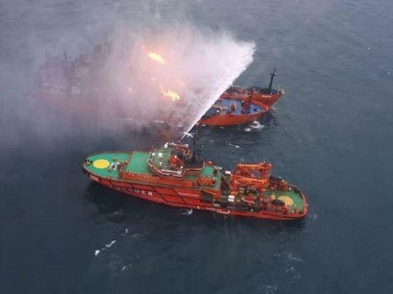 Горящие в Черном море танкеры пока не могут транспортировать