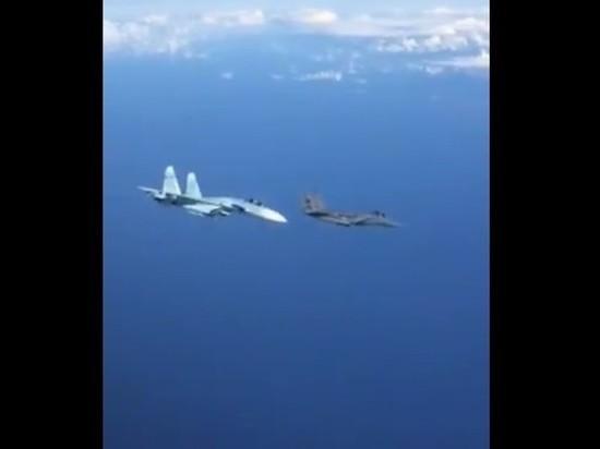 Российский Су-27 отогнал истребитель НАТО и попал на видео