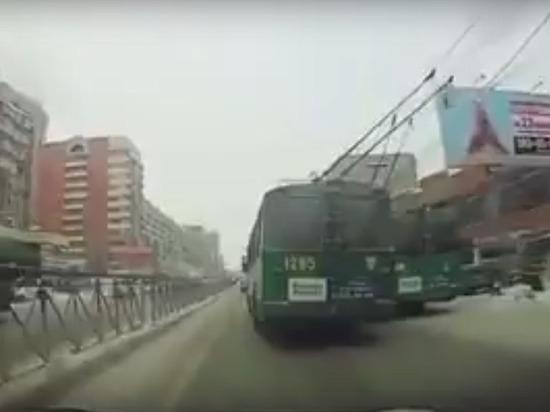 В Новосибирске водитель троллейбуса пошел на обгон другого троллейбуса
