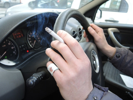 Госдума предложила наказывать за курение в автомобилях