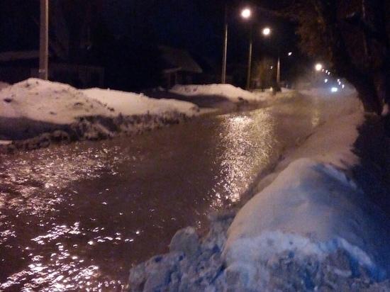 Не выдержали мороза: вода вновь залила улицу в Барнауле