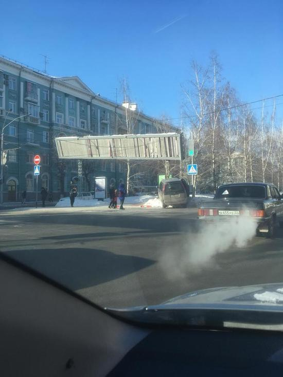 Водитель, спасая жизни пешеходов, снес рекламный щит в Барнауле