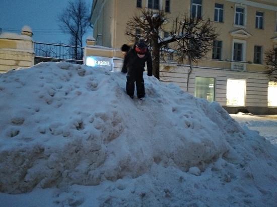 Жители Твери тонут в снежной хляби и штурмуют сугробы