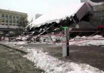 Огромный козырек над входом в здание института «Гидропроект» на Волоколамском шоссе рухнул из-за скопившегося на нем мокрого снега