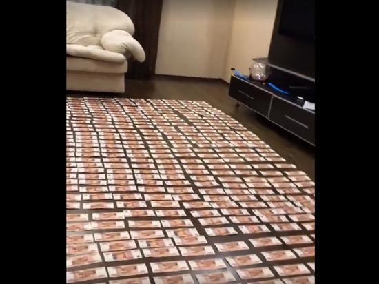 Дети российского предпринимателя выложили ковер из денег