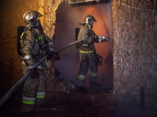 В Салехарде трехэтажный частный дом выгорел дотла