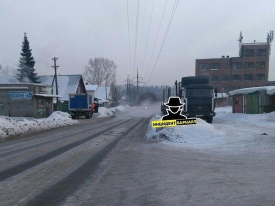 Водопровод разорвало в частном секторе Барнаула