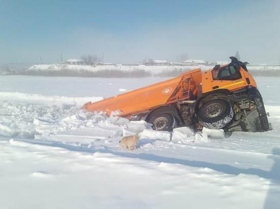В Усть-Кутском районе на переправе провалился под лед грузовик