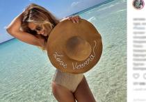 Вера Брежнева в день 37-летия прогулялась по пляжу топлес