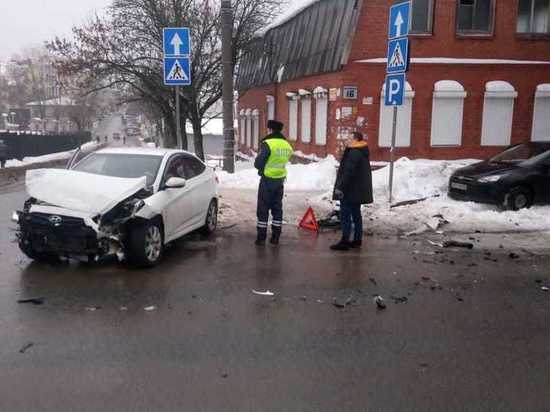 Иномарка после ДТП вылетела на тротуар в центре Калуги