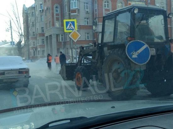 Прорыв трубы в центре Барнаула