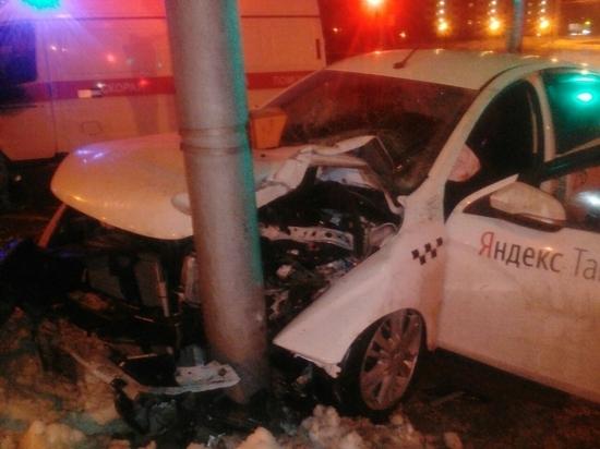 Три пассажира травмированы в такси, влетевшем в столб в Калуге