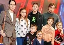 Юлия Снигирь вышла в свет с Евгением Цыгановым и его детьми