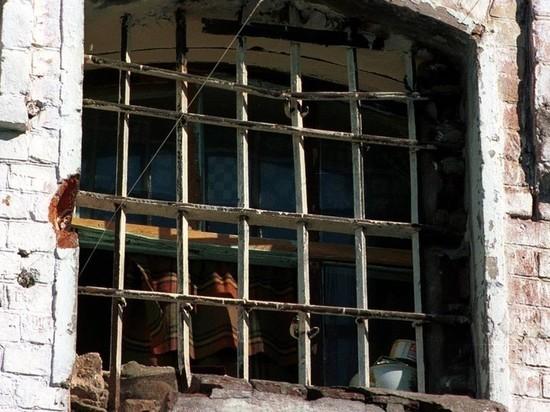 Кубанский чиновник купил для сирот квартиры в тюремном бараке