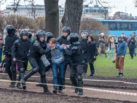 Активистов Навального оштрафовали на 7 миллионов за вытоптанные розы и кизильник