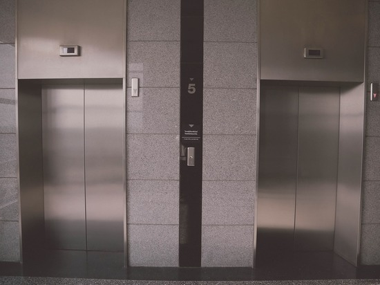 Застряв в лифте, российские министры занялись проблемой лифтового хозяйства