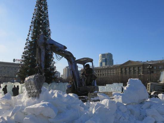 Ледовый городок демонтируют на площади Ленина в Хабаровске