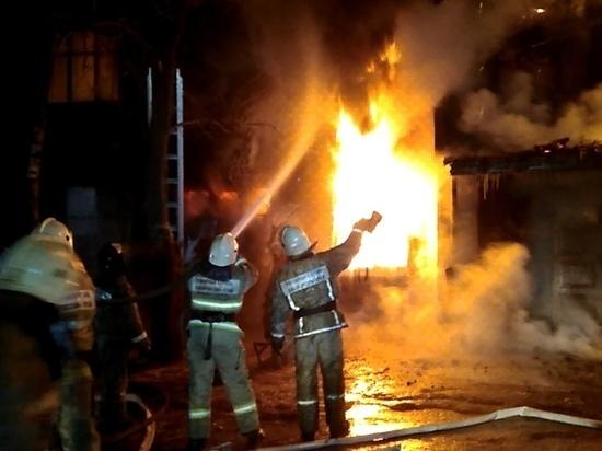 В одном из деревянных бараков Хабаровска в огне погиб человек