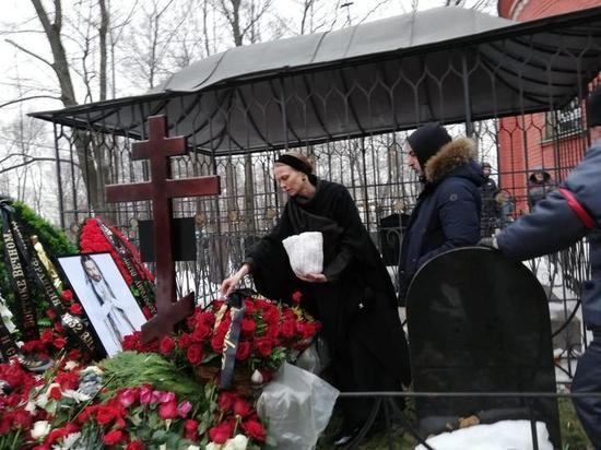 Децла похоронили рядом с графом Ростопчиным