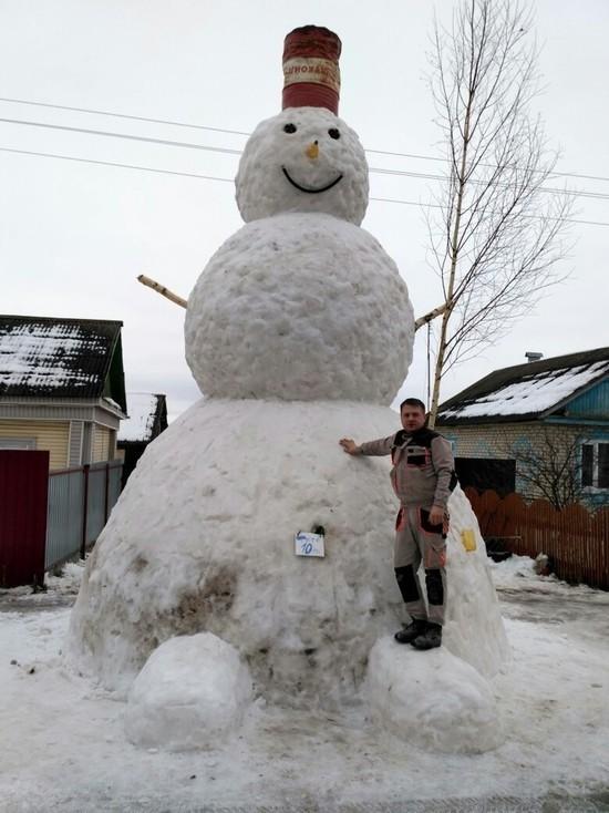 Гигантский снеговик вырос на калужской трассе