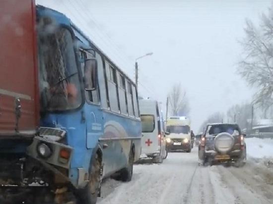Автобус Нижегородского водоканала врезался в грузовик