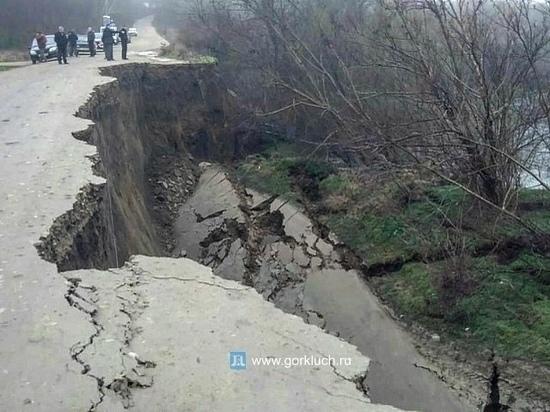 Оползень разрушил дорогу из Горячего ключа в станицу Баканская