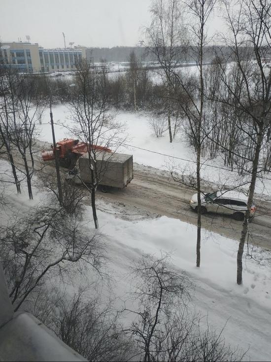 В Петербурге на улице Верности застряла в сугробе снегоуборочная машина