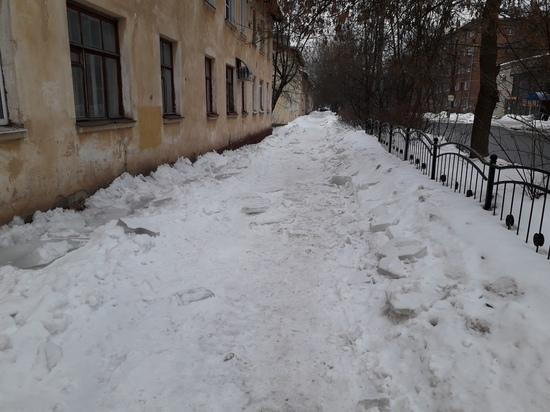 Новая проблема Калуги: тротуары засыпали сбитыми с крыш глыбами