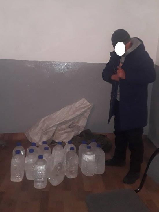 В Туве мужчина под видом туриста с рюкзаками попытался обойти пост ДПС с 75 литрами спирта