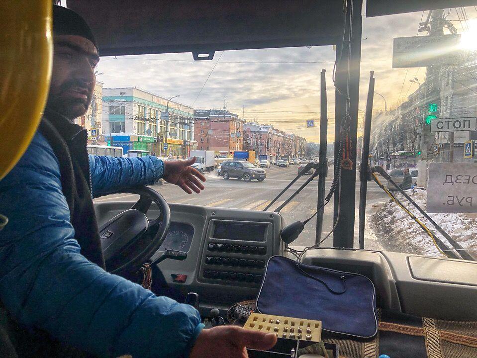"""Во время облавы тверские маршрутчики побросали автобусы и """"превратили"""" пассажиров в родственников"""