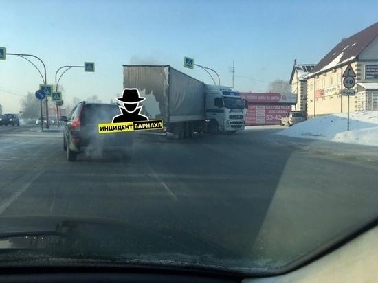 Фура сложилась пополам на трассе в Барнауле
