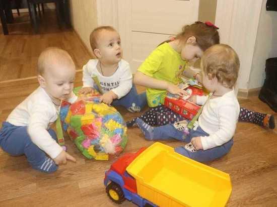 Ожидающим от властей квартиру тройняшкам калужане подарили игрушки