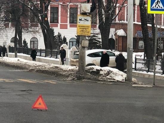 Авария в центре Тулы: иномарка приземлилась в Пушкинском сквере