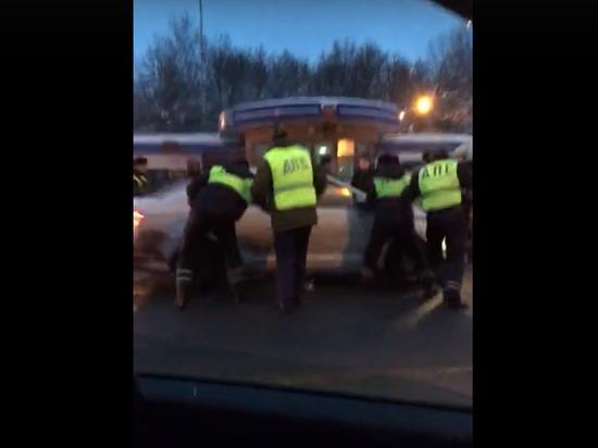 Нарушитель под Владимиром протаранил сделанный ГИБДД «живой щит» из автомобилей граждан