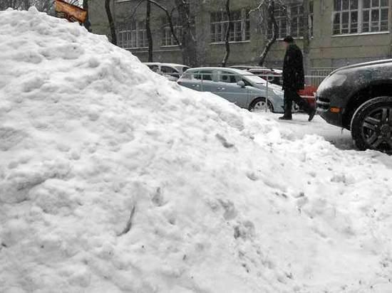 Полного гражданина отбросило на кучу снега