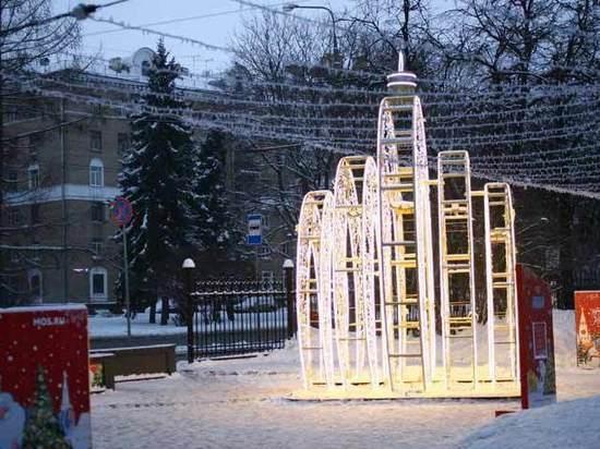 Вечный Новый год: почему с улиц Москвы не убирают иллюминацию
