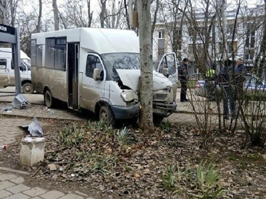 В Керчи ГАЗель врезалась в остановку «Школьная»