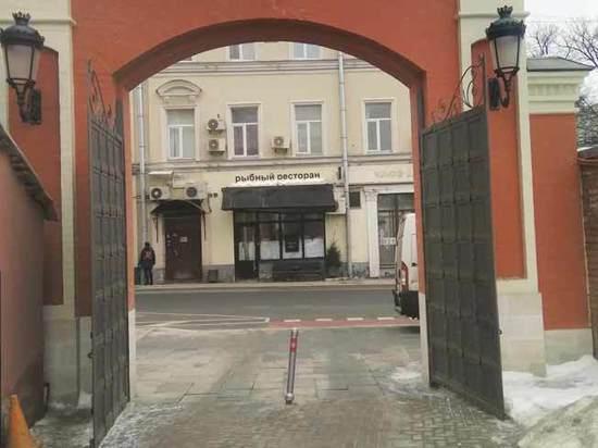 Жители Петровки судятся с монастырем: священник перекрыл въезд автомобилям