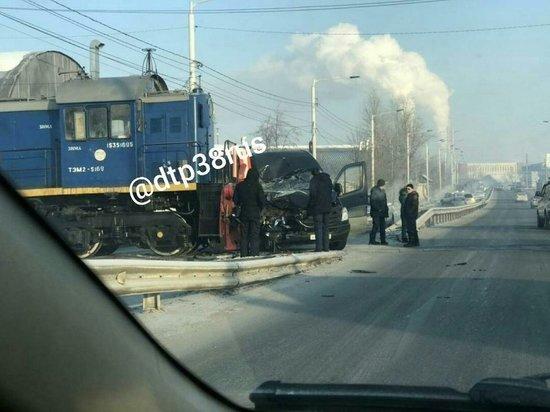 В районе «Узловой» в Иркутске локомотив врезался в микроавтобус