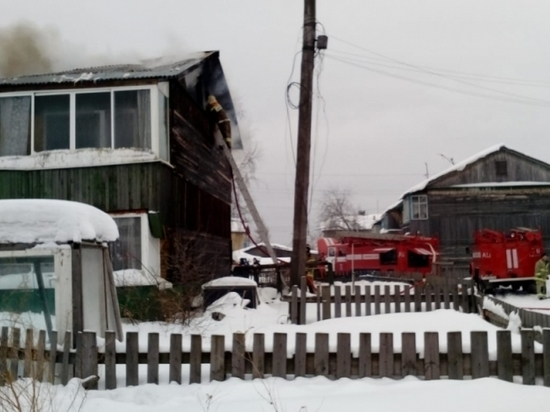 Два человека попали в больницу после пожара в бараке Алапаевска