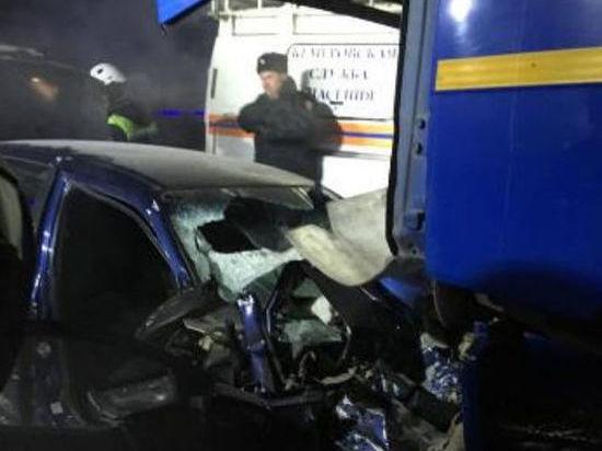 В Кемерове столкнулись лоб в лоб иномарка и КамАЗ