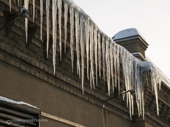 Управляющие компании Петрозаводска плохо убирают снег и наледь с крыш