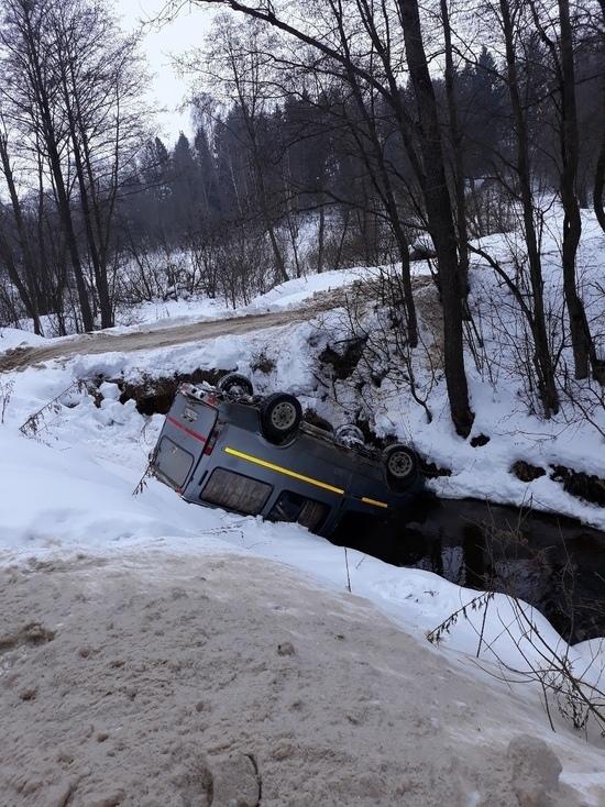 Под Тверью микроавтобус упал в реку